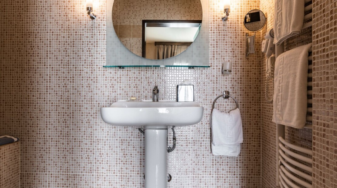 Bathroom suite4 with logo